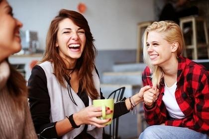 笑う女性たち