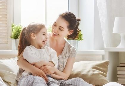 女の子と母親の笑顔風景
