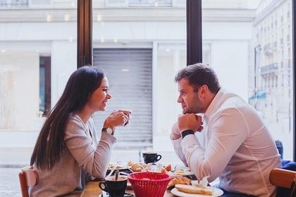 カフェで話す男女