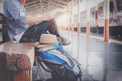 駅のホームに座る男性