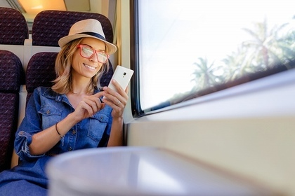 電車でスマホを見る女性