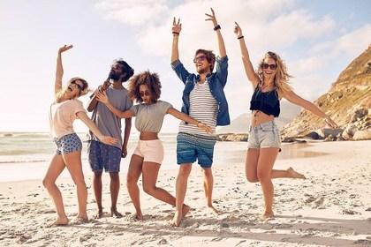 ビーチで踊る人たち
