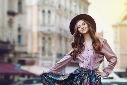 スカートの裾を持つ女性
