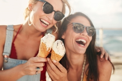 アイスクリームを持っている仲の良い女性達
