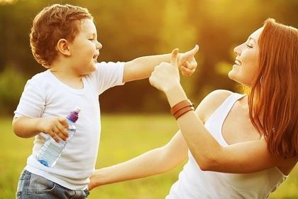 男の子と母親が遊んでいる