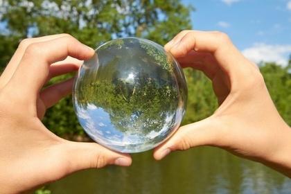 水晶体にうつる川や木々