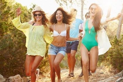 ビーチに向かって走る女性たち