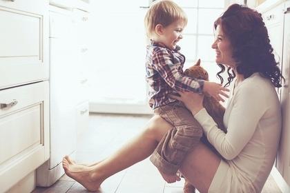 母親と子供がキッチンで座っている