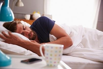 異性がベッドで寝ている