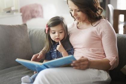 絵本を読んでもらっている女の子