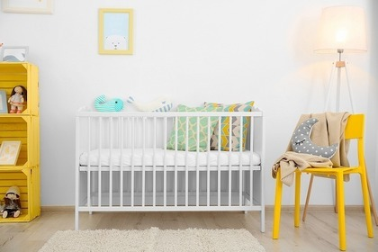 命名紙を飾る赤ちゃんの部屋