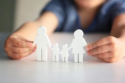 机の上で家族の人形をさわっている