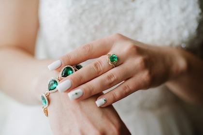 宝石のついた指輪を見る夢