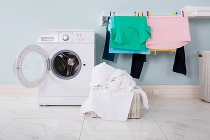 服を洗っているシーン