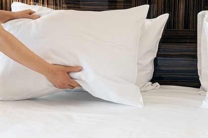 ベッドメイキングをしている人