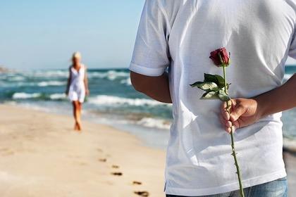 バラを持つ男性の画像