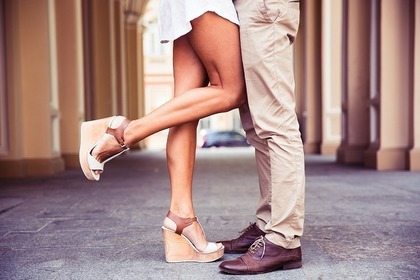 片足をあげる女性