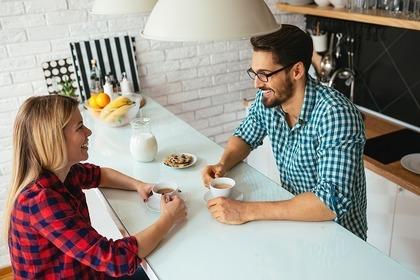 キッチンで話をする二人