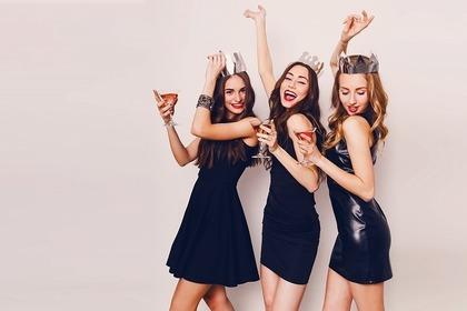 黒いドレスの女性たち
