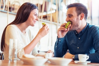 サンドイッチを食べる男女