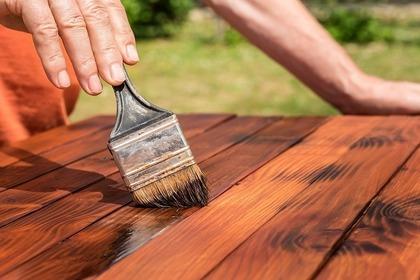 木材に塗装する人