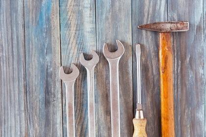 床の上の工具