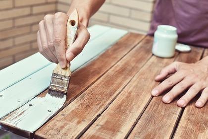 ペンキを塗る手