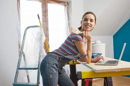 DIYする女性