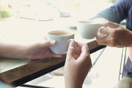 お茶を持つ二人