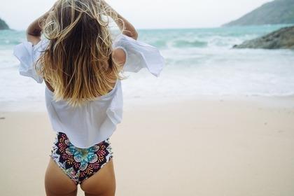 海を見る水着の女性の後姿