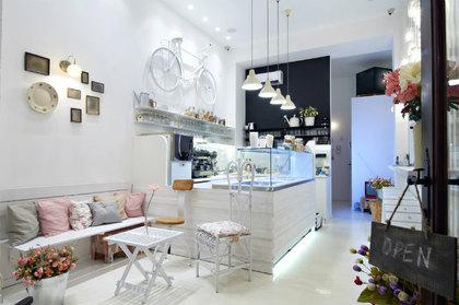 白系のカフェ