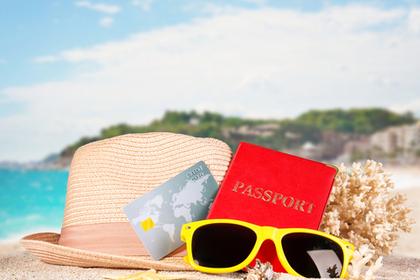 ビーチ前に置かれたサングラスと帽子画像