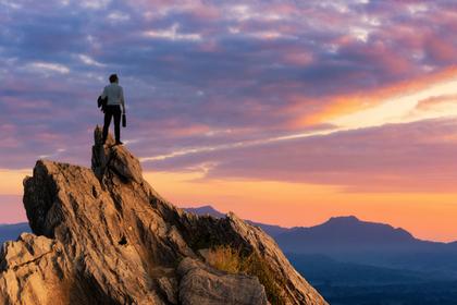 山の頂点にたつ男