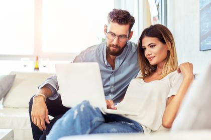 パソコンが目を見つめる男女