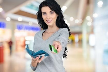 クレジットカードを差し出す女性