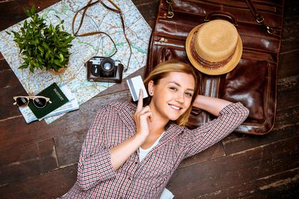 旅行の準備をする女性
