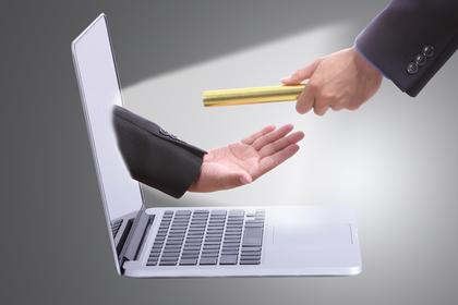 パソコン画面の手に封筒を渡す