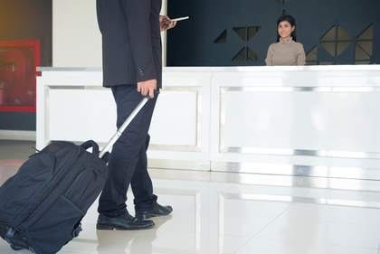 スーツケースを運ぶ男性