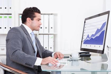 パソコンで仕事をするビジネスマン。