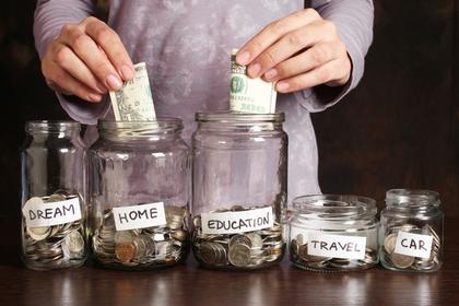 貯金する風景