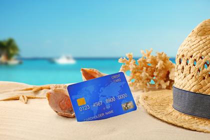 海岸の麦わら帽子とクレジットカード