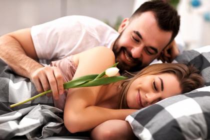 妻に花をプレゼントする夫