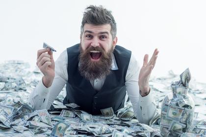 お金に埋もれる男性