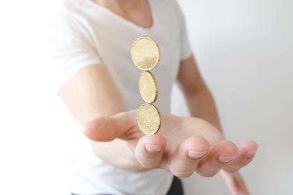 指先にコインを重ねる