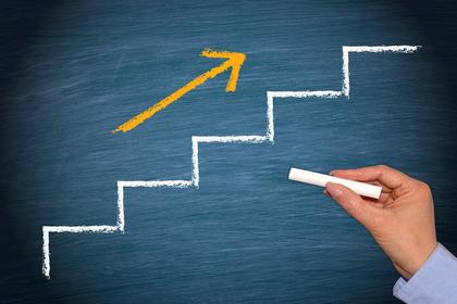階段と上る矢印