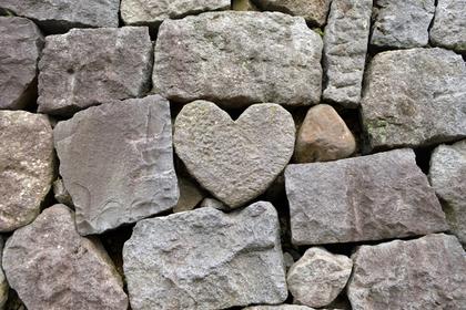 ハートと四角の石