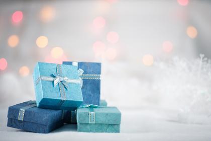 水色と青のボックスに入ったいくつかのプレゼント画像