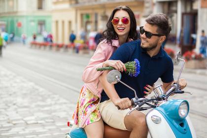 バイクに乗る夫婦