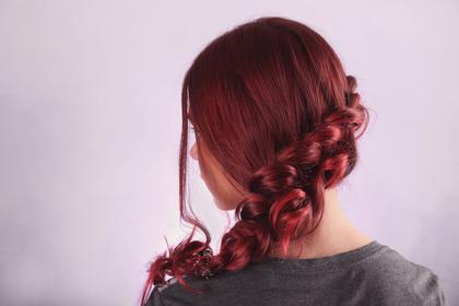 美しい赤色の髪の女性