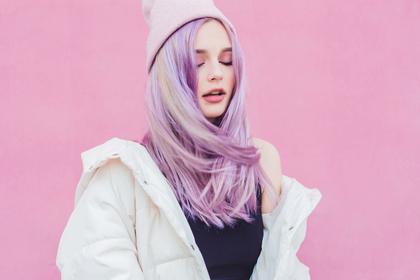 ラベンダーカラーの髪色の女性